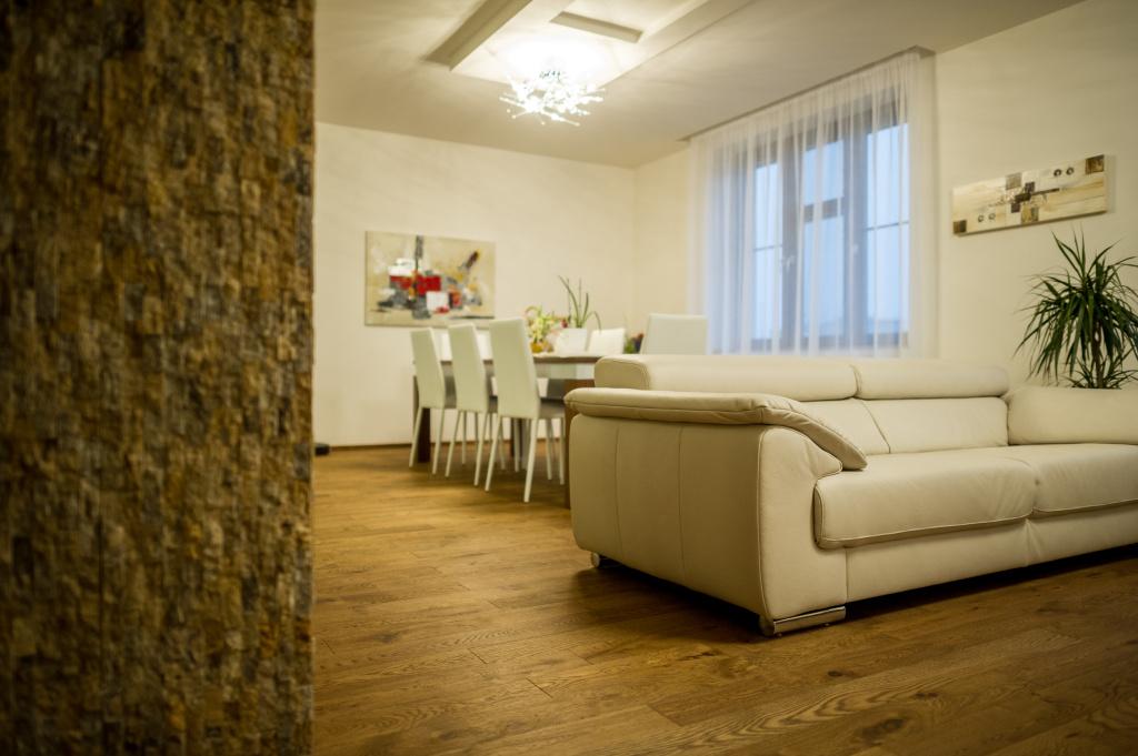Tmavá brown prkna – rekonstrukce RD, Praha