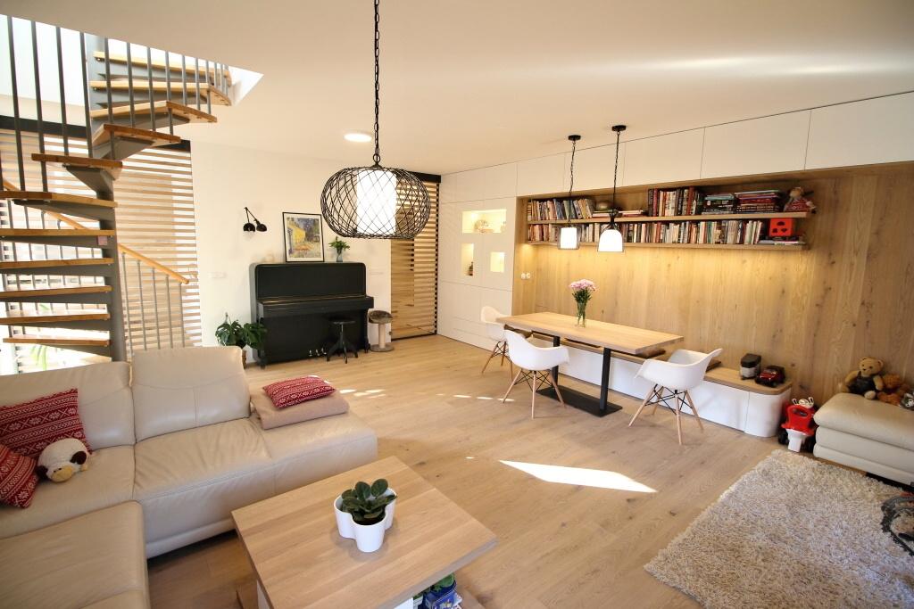 Světlý interier s bělenými prkny – Novostavba domu, Černošice
